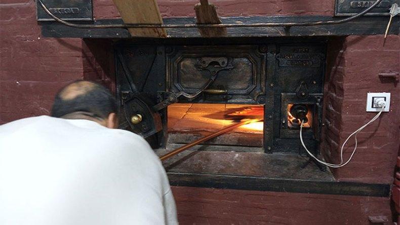 خبازون يعودون إلى الأفران الحجرية وآخرون يتخصصون في المشاوي