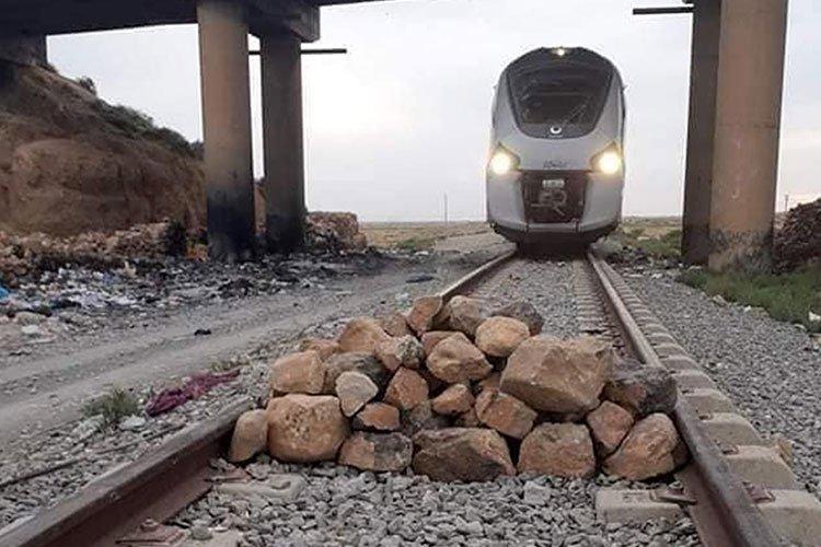 مجهولون يكدسون الصخور على سكة القطار بباتنة