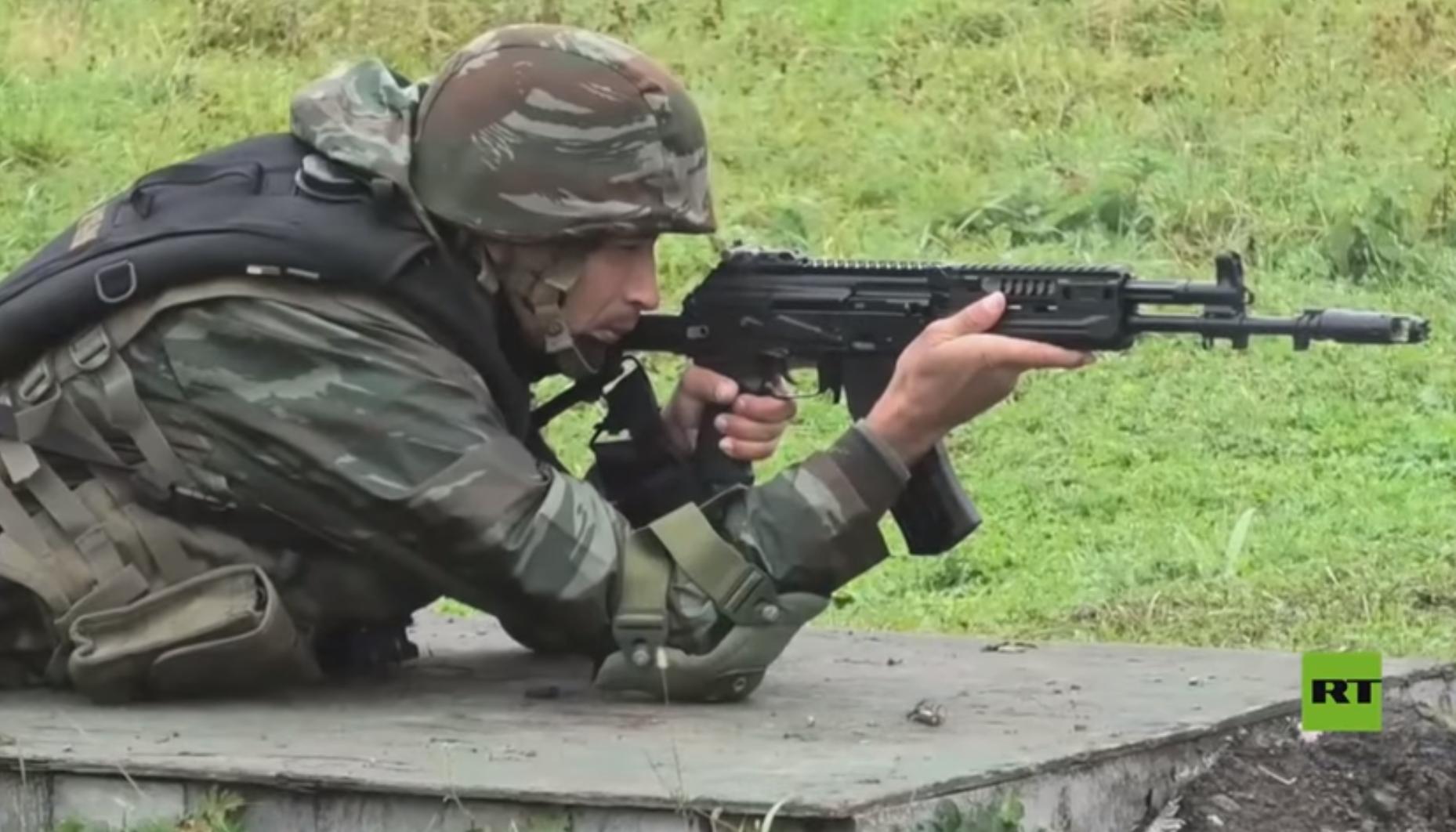 بالفيديو.. الجيش الجزائري يجرب لأول مرة نسخة جديدة من الكلاشينكوف بروسيا