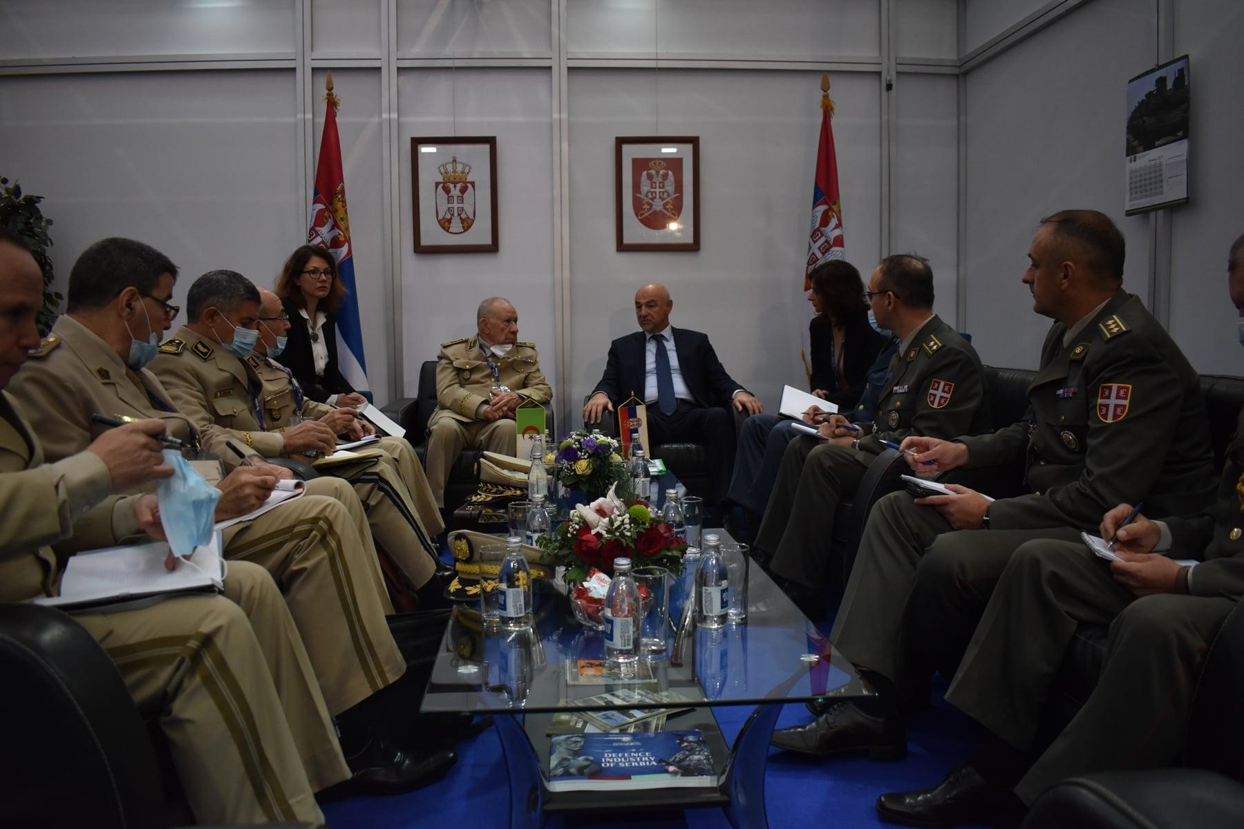 الفريق شنقريحة يتحادث مع مساعد وزير الدفاع الصربي