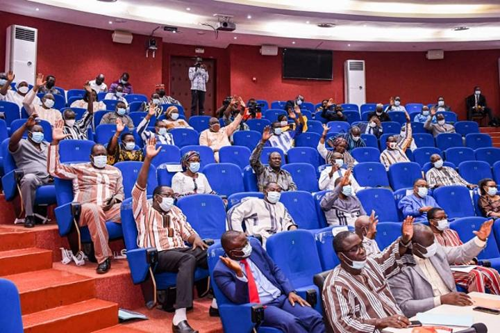 Burkina Faso : Les députés autorisent la prorogation du mandat des conseils municipaux et régionaux