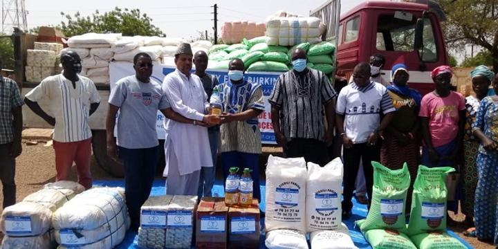 Déplacés internes au Burkina : La Communauté islamique Ahmadiyya offre des vivres et du matériel