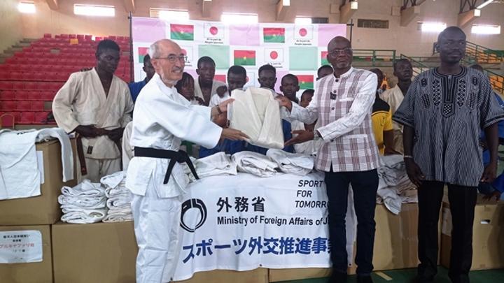 Sports : L'ambassadeur du Japon offre des kimonos à la Fédération burkinabè de judo