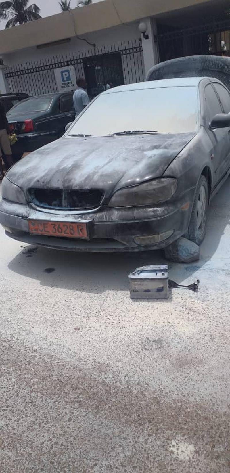 Cameroun – Urgent: Un homme met le feu à plusieurs voitures au Ministère de la Justice, y compris celle du ministre Laurent Esso.