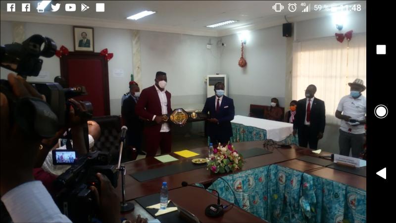 Cameroun - Reconnaissance: Francis Ngannou, Champion du monde poids lourds de MMA, présente sa ceinture au ministre des Sports