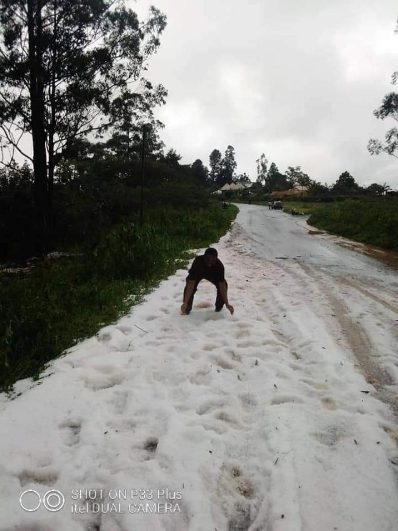 Cameroun – Changement climatique: La neige tombe à Bana (Ouest) et suscite la curiosité chez les populations (vidéo)