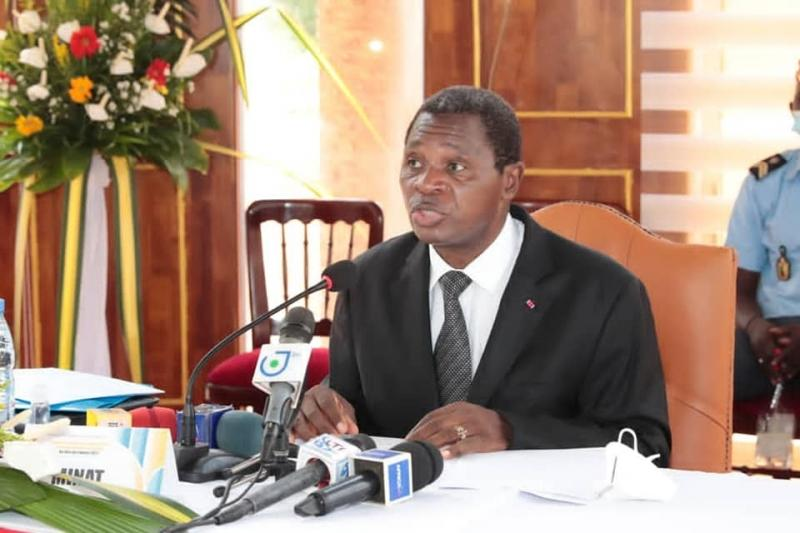 Tensions inter-religieuses: Le Ministre Paul Atanga Nji amène les chrétiens et musulmans du Collège Mazenod de Ngaoundéré à fumer le calumet de la paix.
