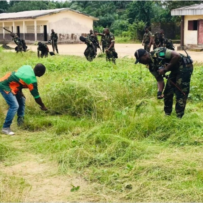 Mouvement «Back to school»: Des éléments du BIR défrichent la cour de l'école publique bilingue de Manoka centre (Douala)