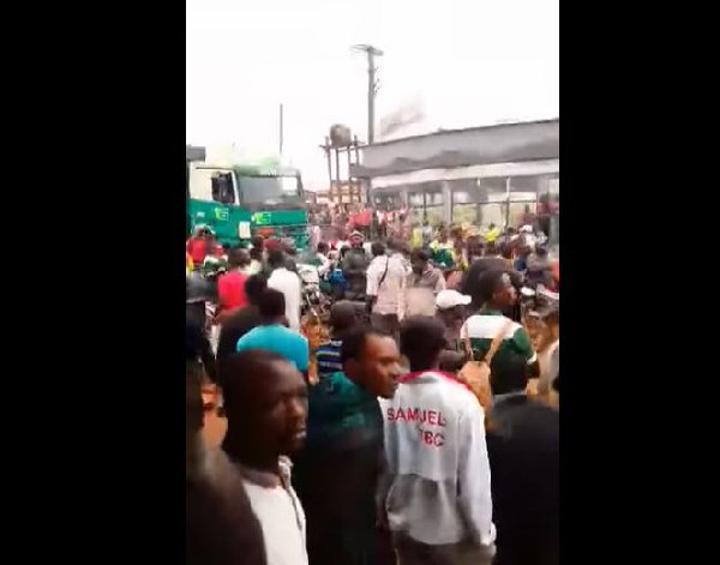 Alerte: des jeunes armés de machettes attaquent le poste de police de Nkoabang, un mort