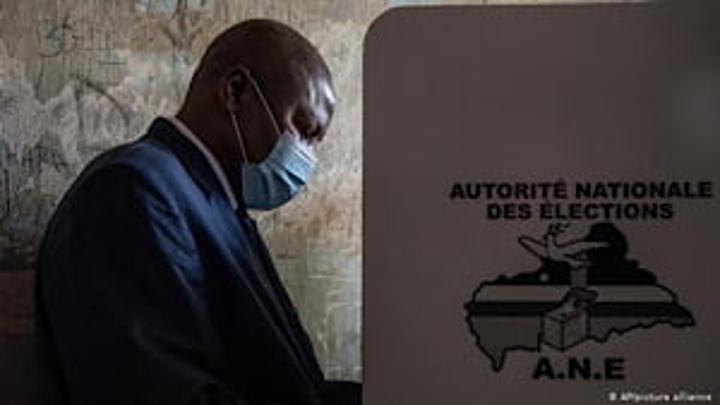 Réactions mitigées en Centrafrique après la réélection de Touadéra