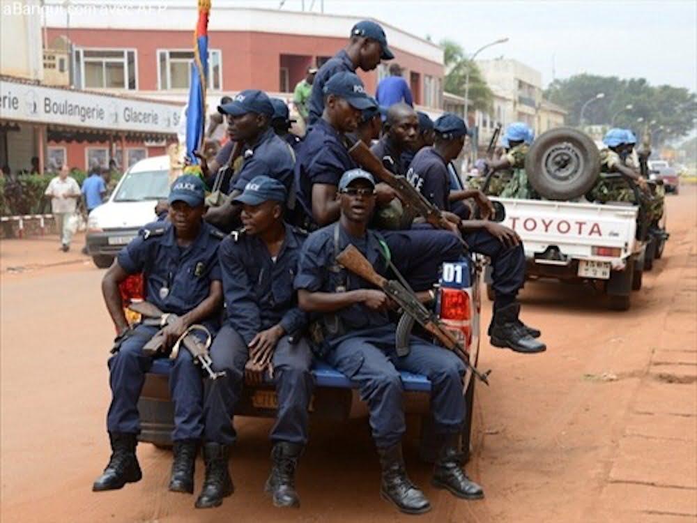 Bangui, plusieurs milliers de sachets et bouteilles de boissons frelatées détruits, les soldats FACA se bousculent pour les ramasser
