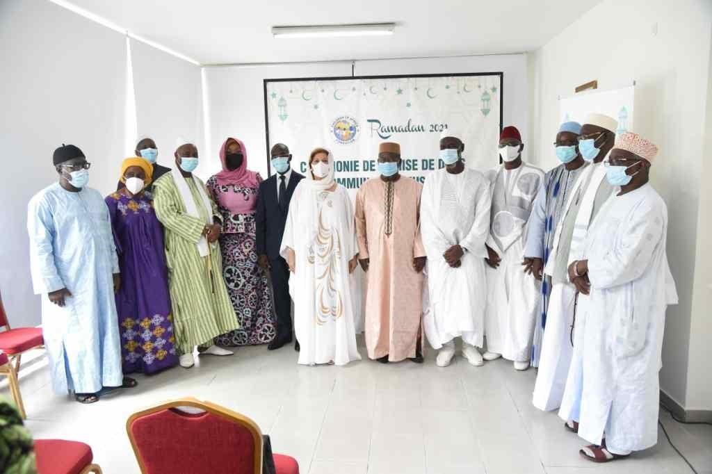 Ramadan: La Première Dame fait des dons à la communauté musulmane de Côte-d'Ivoire
