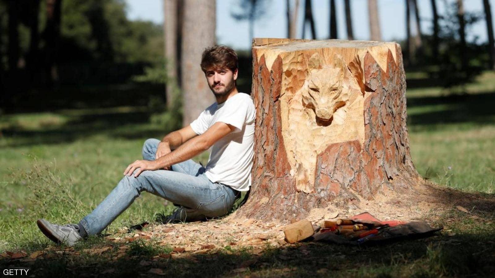 النحات الايطالي أندريا غانديني يحول جذوع الأشجار الميتة إلى قطع فنية