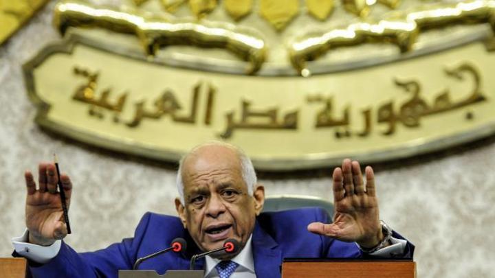علي عبد العال يغادر مقر البرلمان المصري باكياً.. هل يستقيل؟