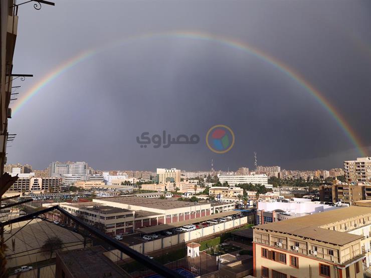 بالصور.. سماء القاهرة تتزين بألوان