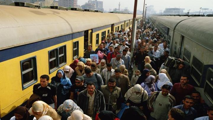 مصر تقر الغرامة والحبس للباعة الجائلين في القطارات