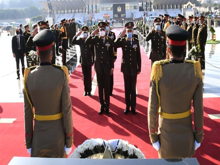 السيسي ينيب وزير الدفاع لوضع إكليل الزهور على النصب التذكاري لشهداء القوات المسلحة