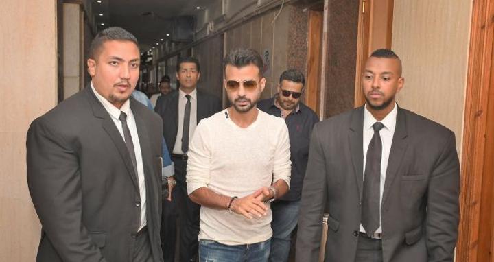 """هيثم شاكر يهاجم حفيد جمال عبد الناصر ويتفاجأ بـ""""صور خاصة جدا"""".. فيديو"""