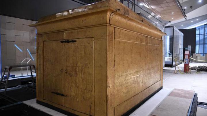 إعادة تركيب مقصورة توت عنخ آمون في المتحف الكبير