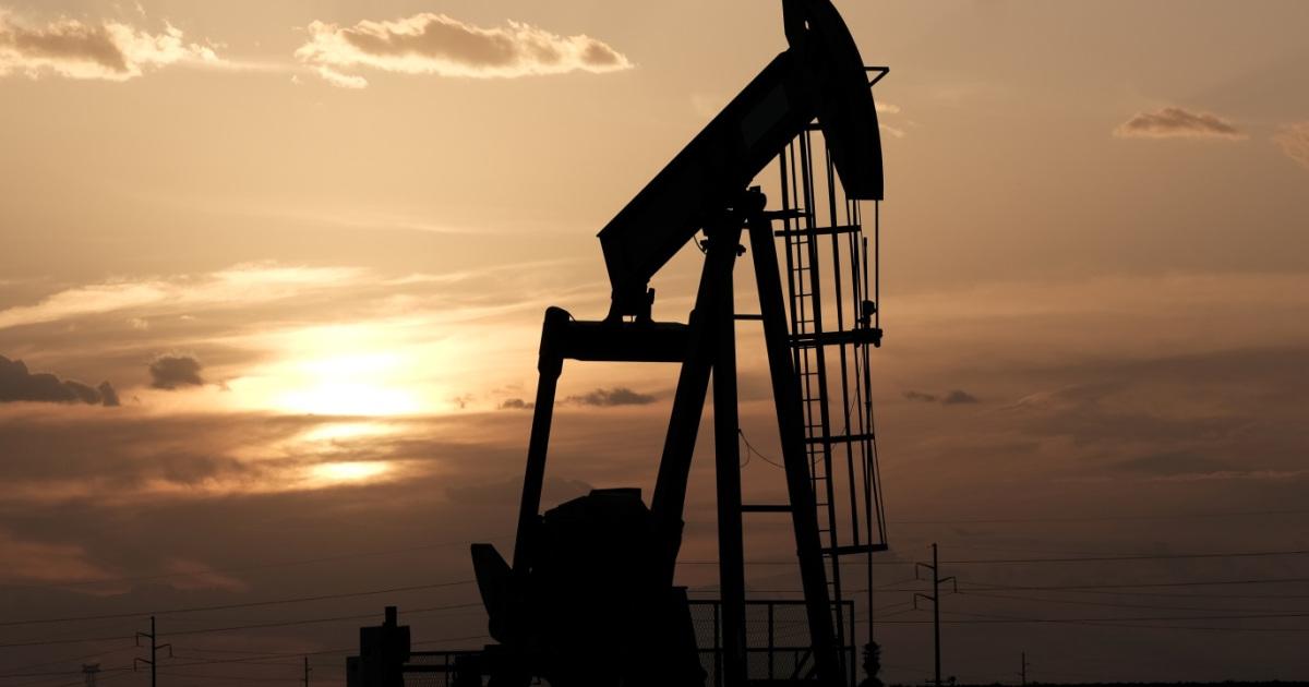 """النفط يهبط عالميًا.. وإنتاج ليبيا """"يزيد الضغط"""""""