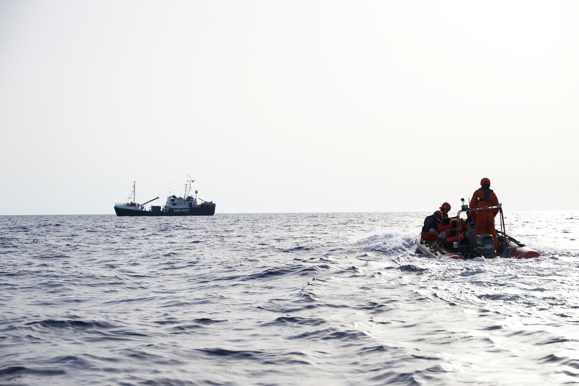 القوات البحرية تعلن إنقاذ 172 مهاجر شمال مدينة الزاوية