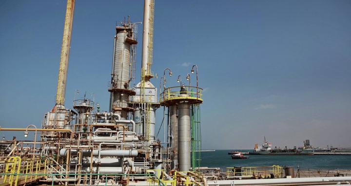 مجموعة من سكان الهلال النفطي في ليبيا يعلنون وقف تصدير النفط والعمل بالموانئ النفطية