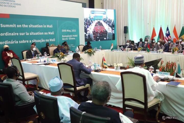 À la Une: le Mali au ban des institutions internationales