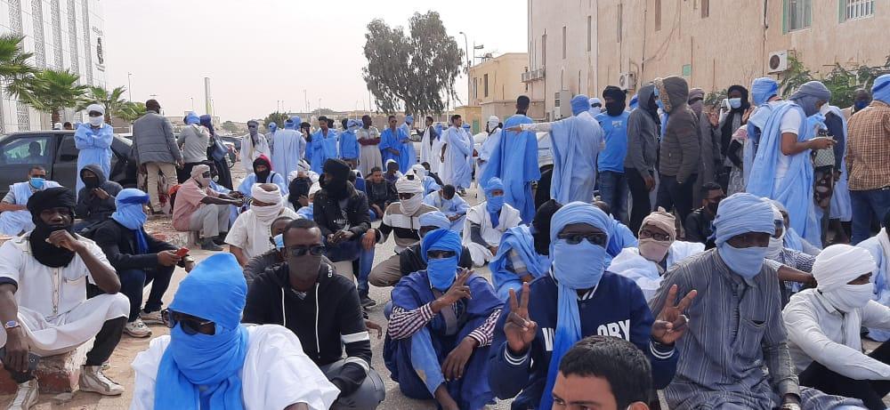 مقدمو خدمة التعليم يتظاهرون أمام وزارة التهذيب (صور)