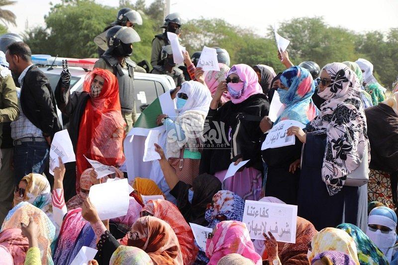 معلمون يحتجون أمام الرئاسة ضد تصريحات وزير التهذيب (صور)