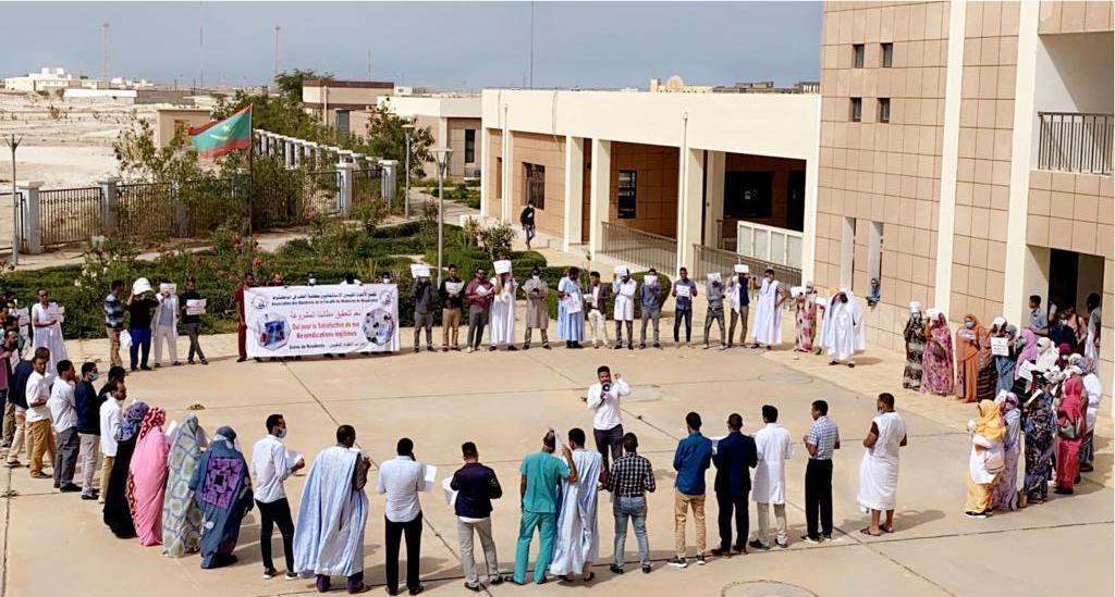 الأطباء المقيمون يحتجون أمام كلية الطب (صور)