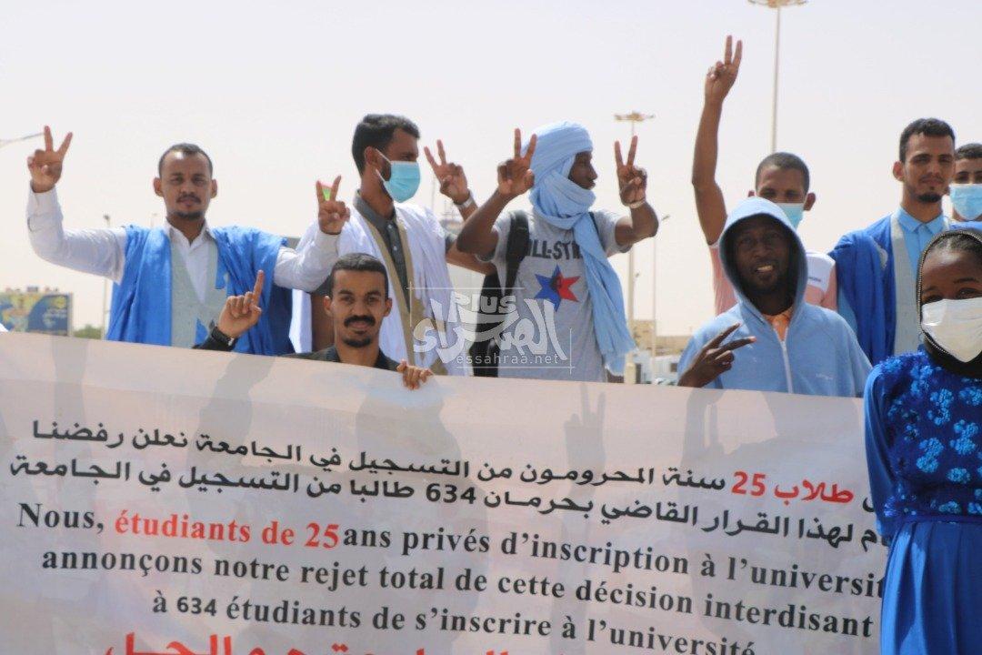 الطلاب الممنوعون من التسجيل في الجامعة يحتجون أمام الرئاسة (صور)