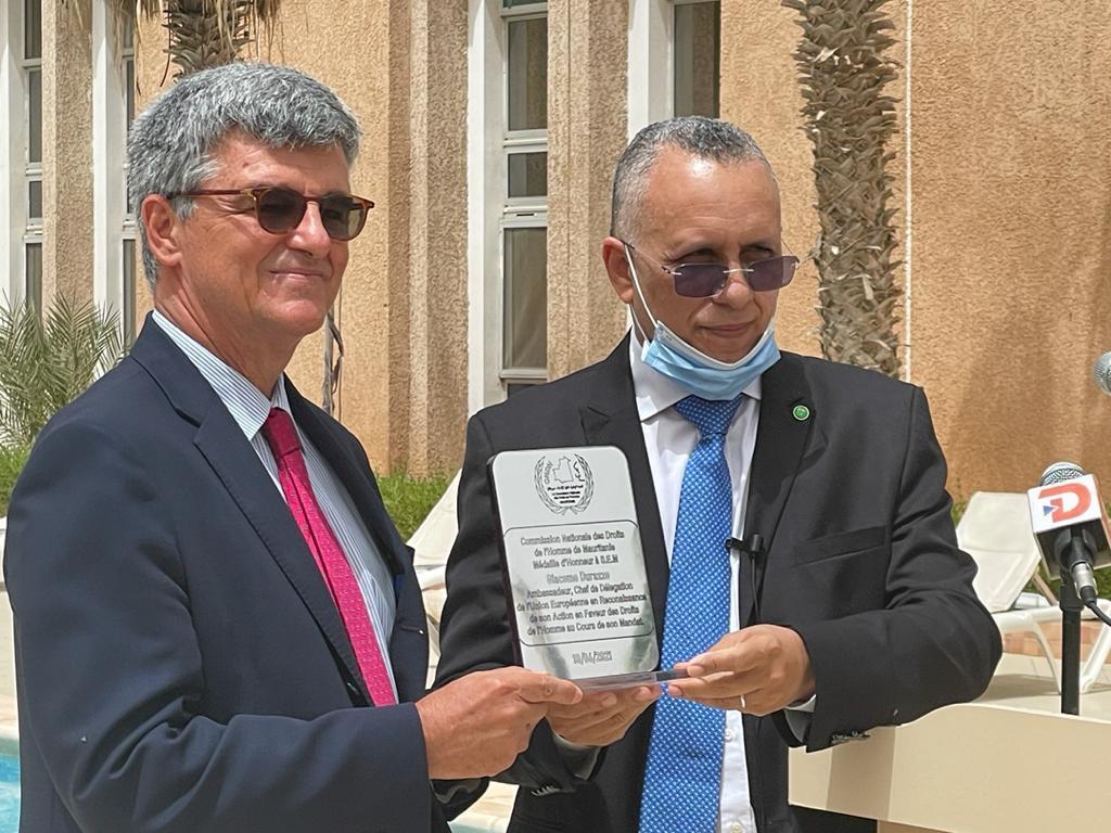 لجنة حقوق الإنسان تكرم سفير الاتحاد الأوروبي بعد انتهاء مهامه