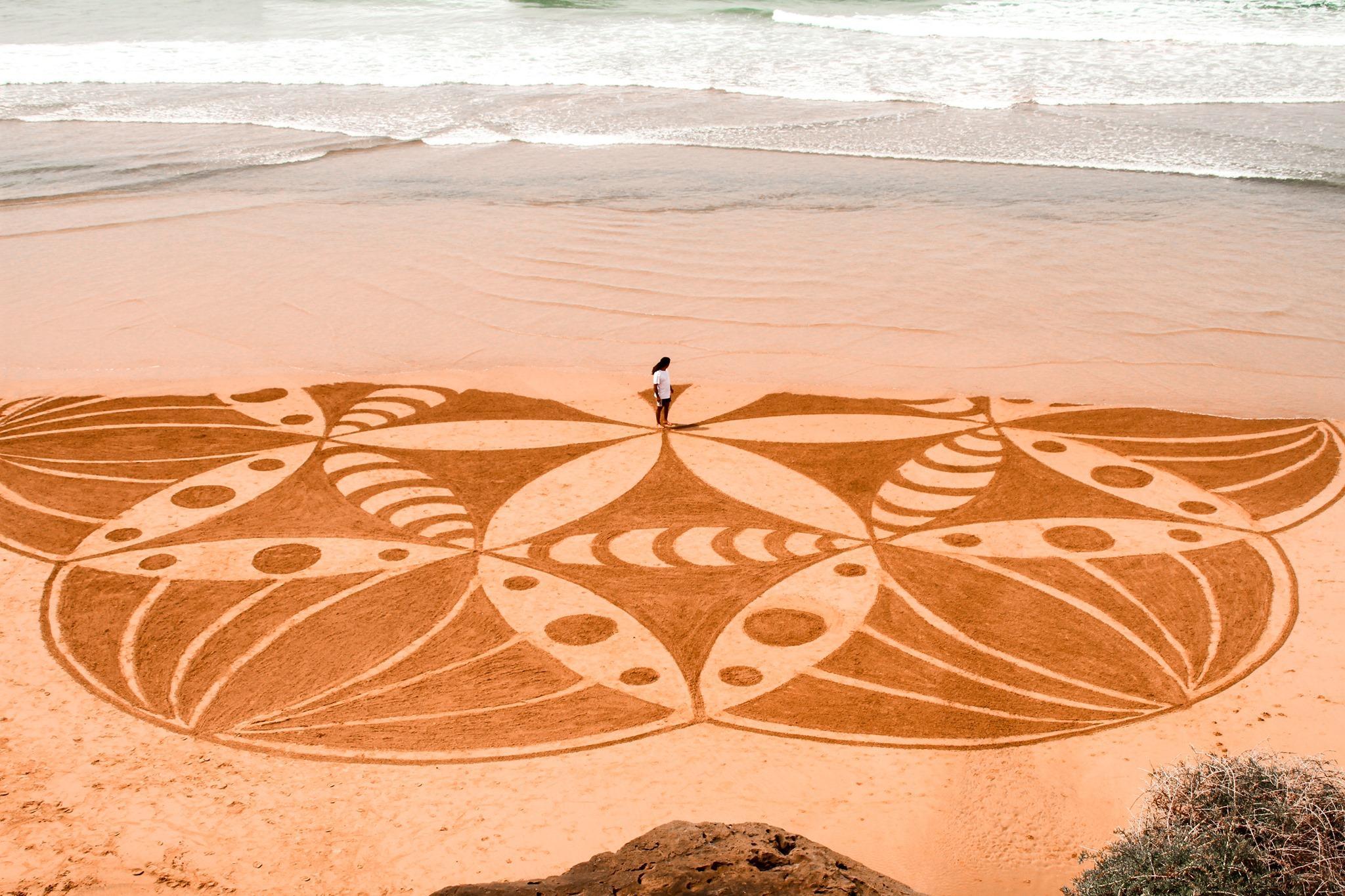 عبد الرحمان بوحلوكة.. فنان شاب يحول رمال الشواطئ إلى لوحات فنية
