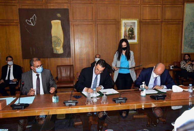"""توقيع اتفاقية شراكة بين الوكالة الوطنية للسلامة الطرقية و""""بريد كاش"""" و""""بريد بنك"""""""