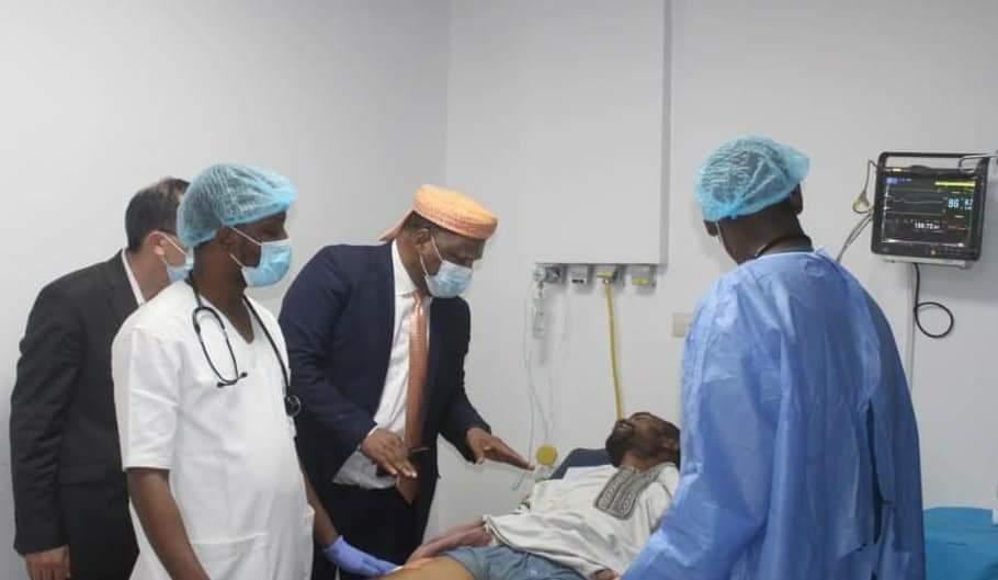 """سفير المملكة بمالي يزور السائق المغربي الناجي بمستشفى """"باستور"""""""