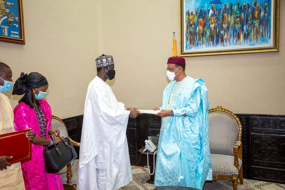 Le Président Mohamed Bazoum reçoit un Envoyé Spécial du Président gambien Adama Barrow