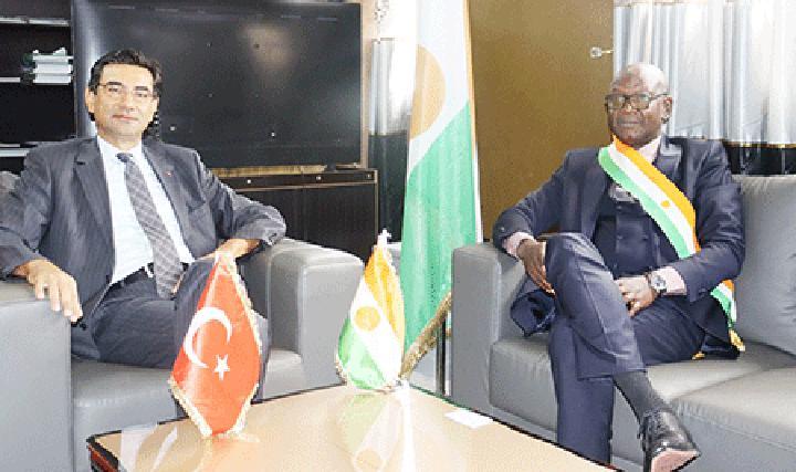 Visite de l'ambassadeur de Turquie au Niger à l'Hôtel de Ville de Niamey : Des échanges sur la coopération décentralisée entre la Ville de Niamey et les villes Turques en vue