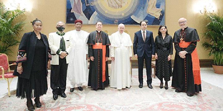 Le Pape François a reçu, hier au Vatican, les membres du Comité de sélection des lauréats du Prix Zayed pour la Fraternité Humaine, édition 2022 : L'ancien Président de la République, SE. Issoufou Mahamadou, membre du Jury du ZAHF 2022