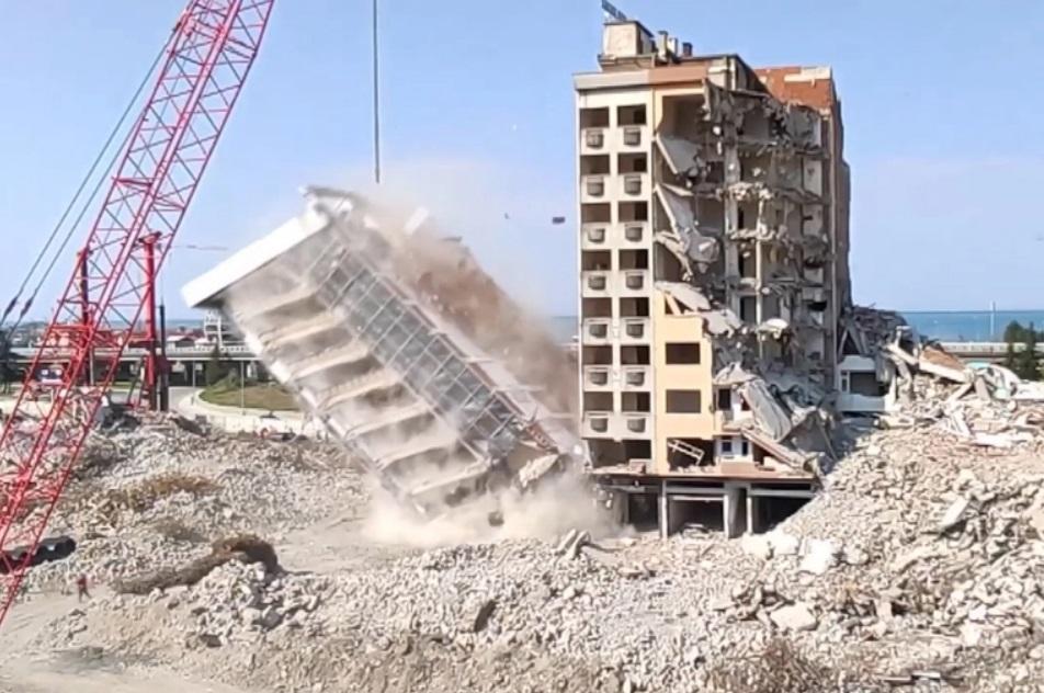 مشاهد توثق لحظة نجاة عامل أثناء سقوط مبنى في مدينة ريزا التركية