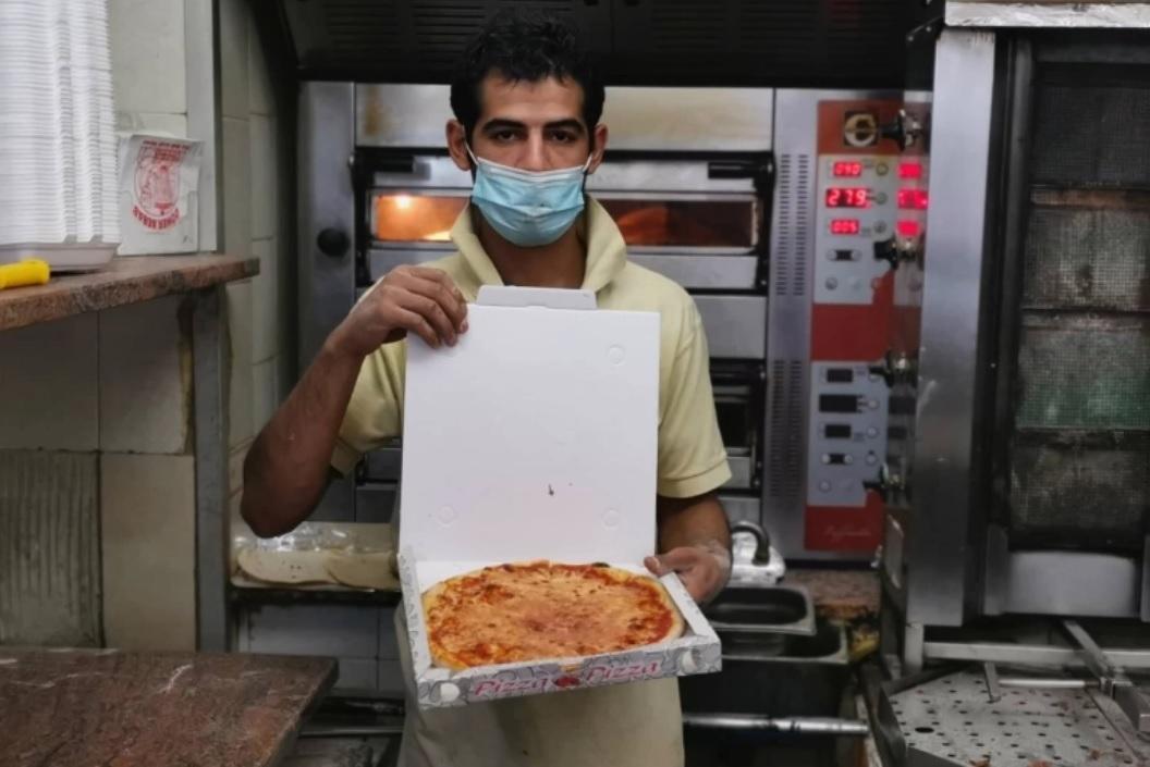 محمود صانع البيتزا بإيطاليا.. ساعة الإفطار ذروة تنفيذ الطلبيات