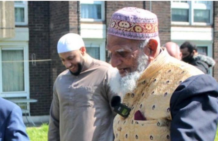 يمشي وهو صائم لجمع التبرعات.. مسن مسلم عمره 101 سنة يجمع المساعدات لضحايا كورونا ويبهر البريطانيين