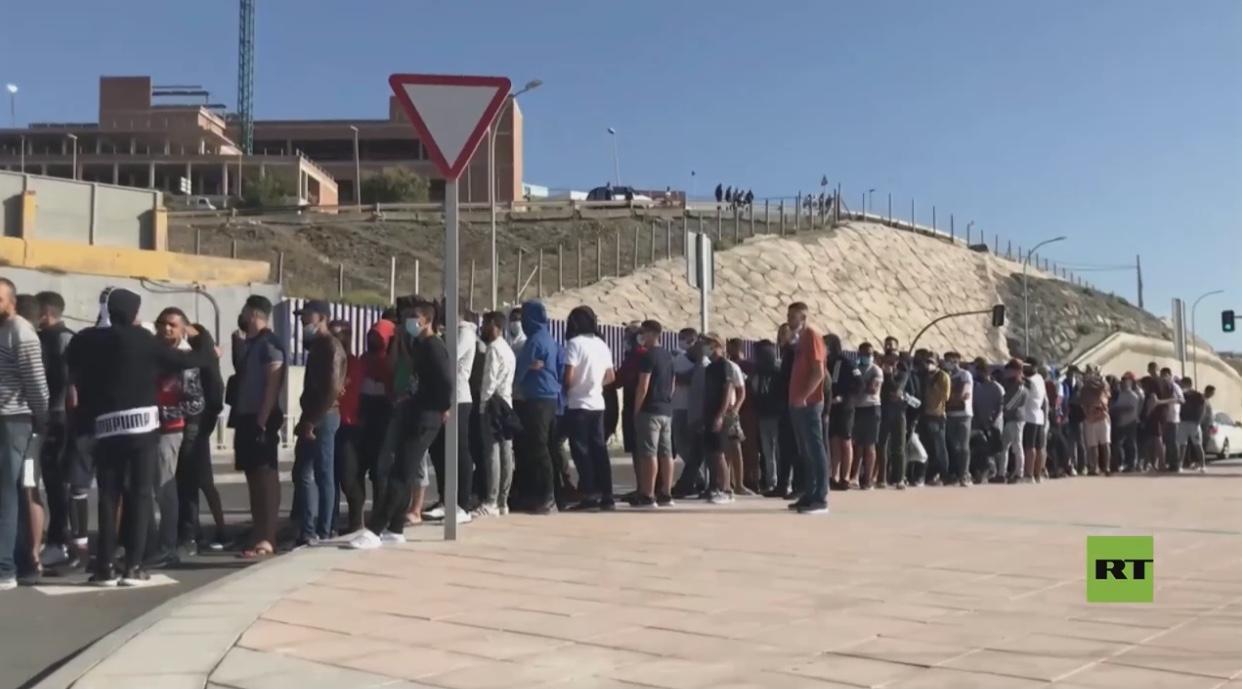 بالفيديو: مهاجرون مغاربة يصطفون في سبتة لطلب اللجوء خوفا من الترحيل إلى بلدهم