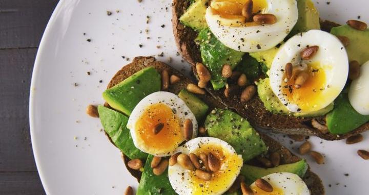 أفضل 4 أطعمة على الإطلاق لدعم صحة الدماغ