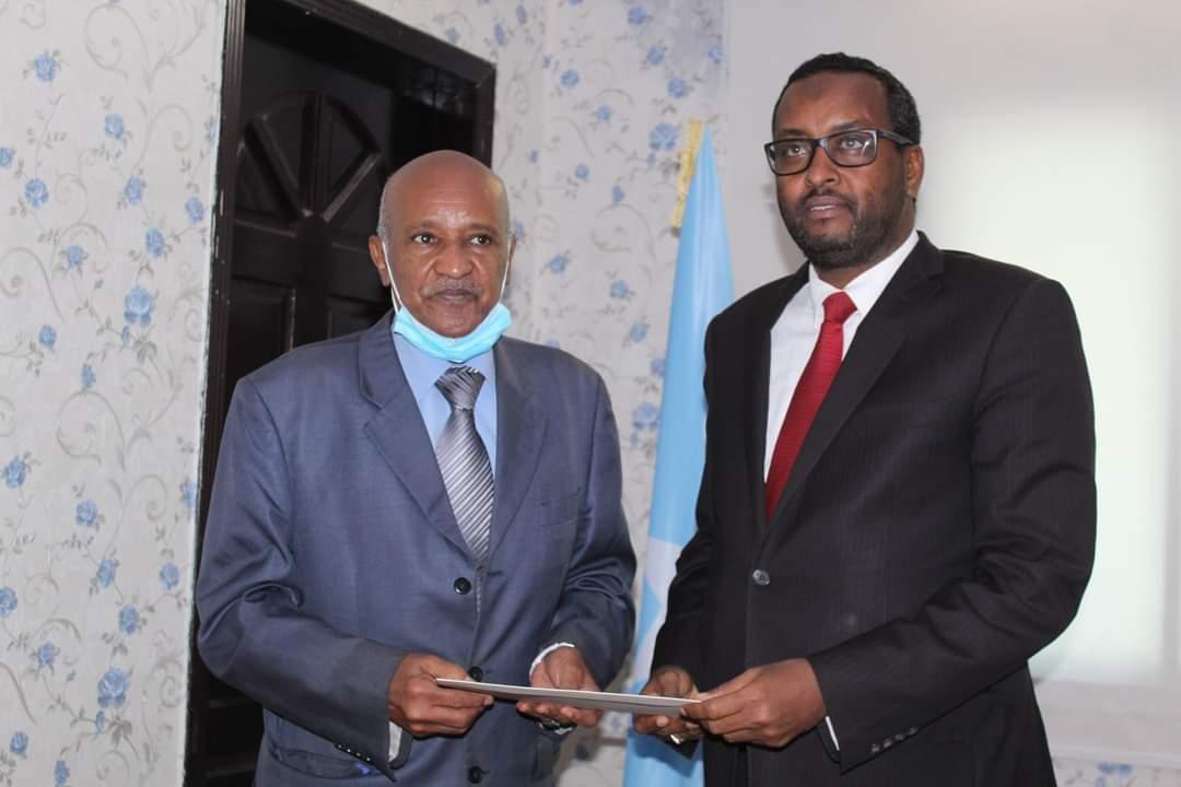 وزير الدولة للشؤون الخارجية يتسلم أوراق اعتماد المبعوث الجديد لجامعة الدول العربية إلى الصومال