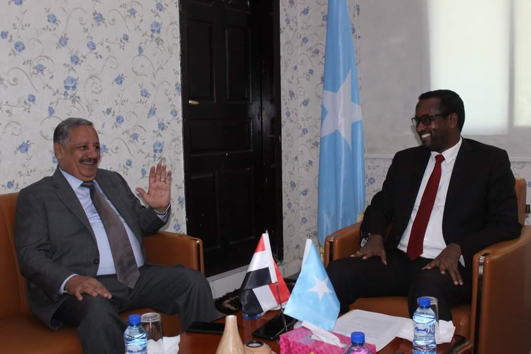وزير الدولة للشؤون الخارجية يبحث مع السفير اليمني لدي الصومال مجالات التعاون