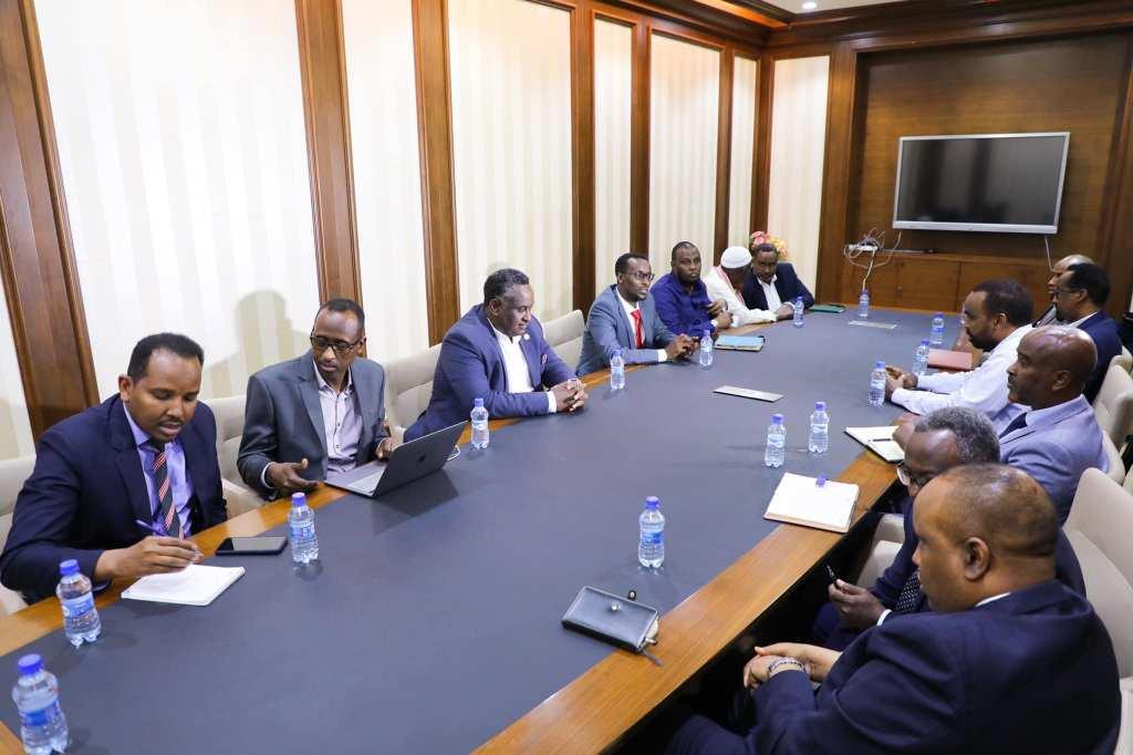 رئيس الوزراء يجتمع مع مسؤولي البنوك في البلاد