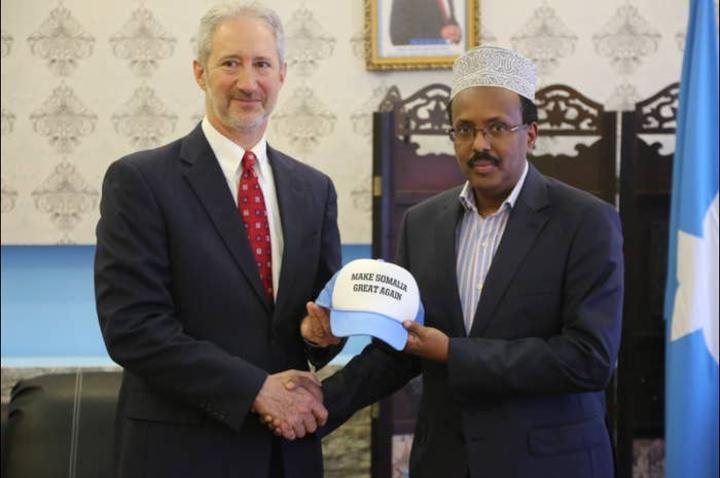 سفير أمريكي سابق لدى الصومال ينتقد سياسة الرئيس فرماجو والدور القطري