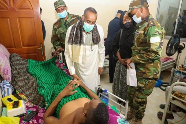 القائم بأعمال رئيس الوزراء يتفقد أوضاع الجنود المصابين في هجوم إقليم شبيلي السفلى