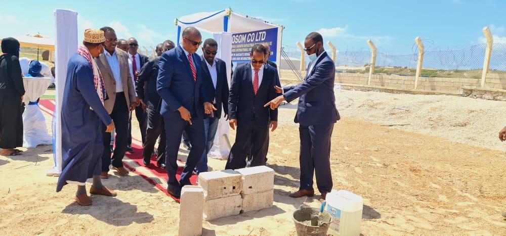 وزير النقل والطيران المدني يضع حجر الأساس لمركز صيانة مطار مقديشو الدولي