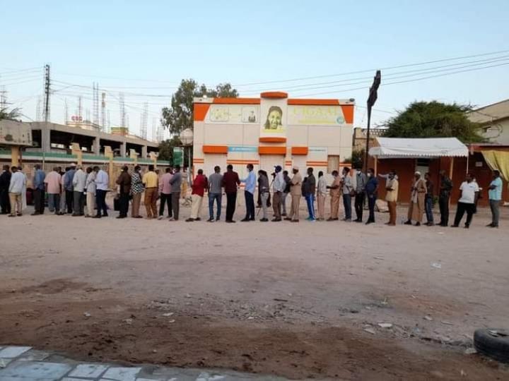 سكان إدارة أرض يدلون بأصواتهم في الانتخابات النيابية والمحلية